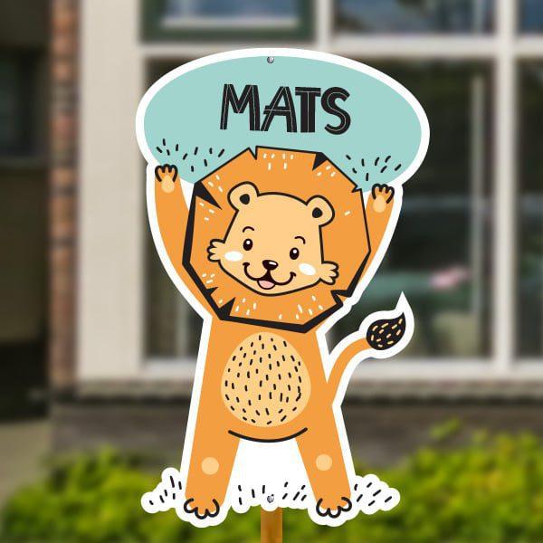 Geboortebord voor in de tuin - Leeuwtje houdt bord in de lucht - Mintgroen
