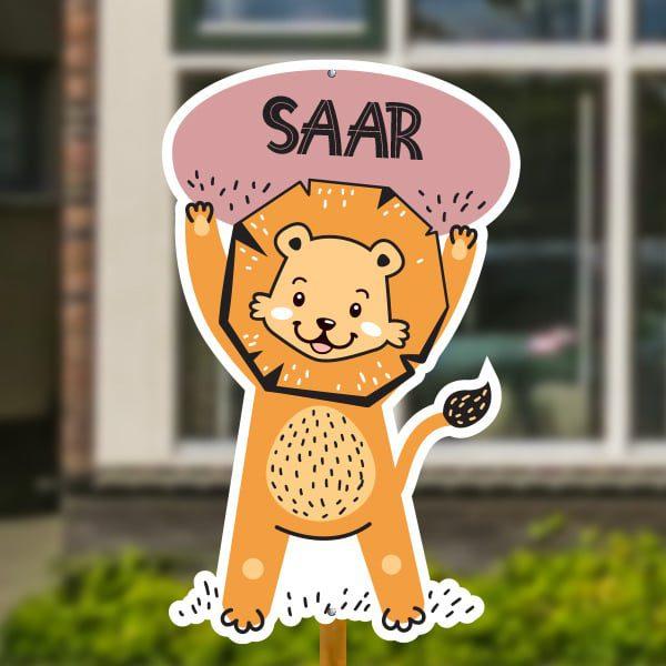 Geboortebord voor in de tuin - Leeuwtje houdt bord in de lucht - Oudroze