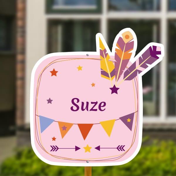 Geboortebord voor in de tuin - Veertjes en vlaggetjes - Roze