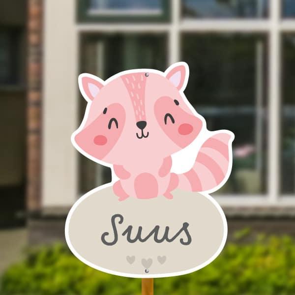 Geboortebord voor in de tuin - Wasbeer met hartjes - Roze