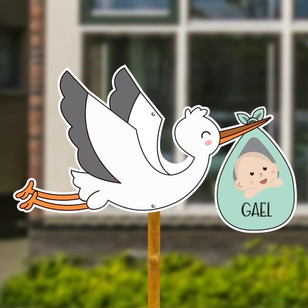 Geboortebord voor in de tuin - Vliegende ooievaar met baby - Mintgroen