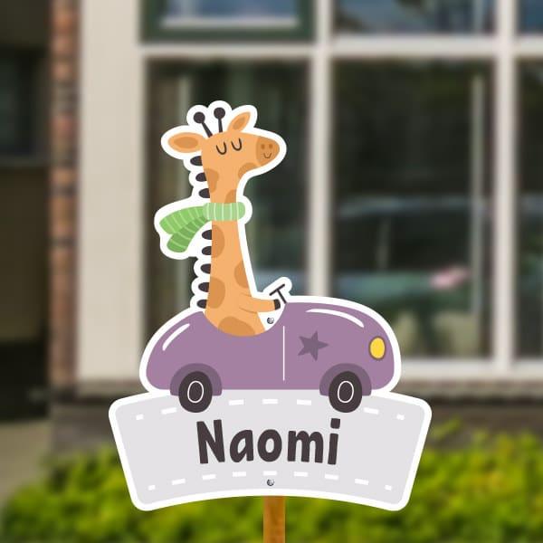 Geboortebord voor in de tuin - Giraffe in auto - Paars