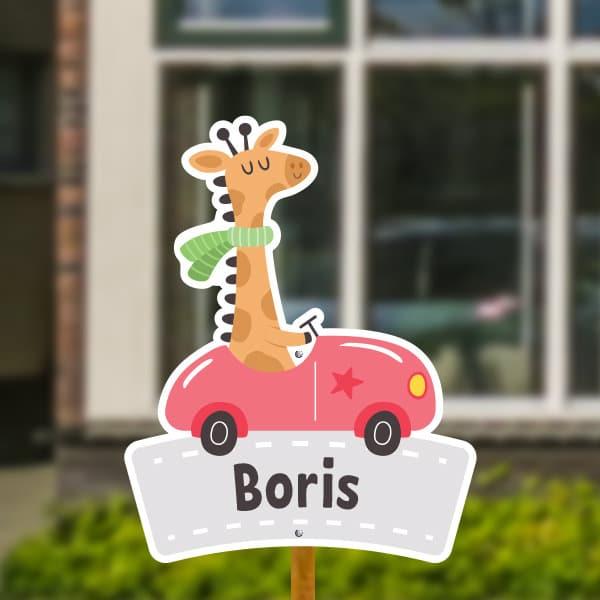 Geboortebord voor in de tuin - Giraffe in auto - Rood