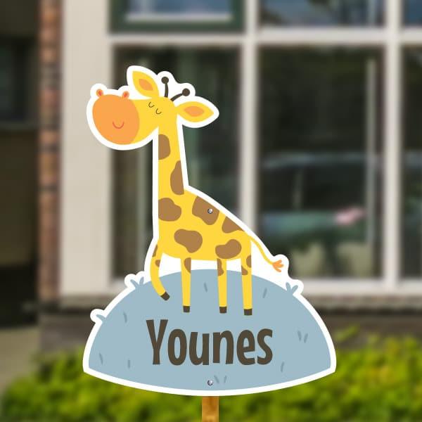 Geboortebord voor in de tuin - Giraffe op het gras - IJsblauw