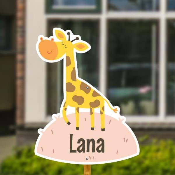 Geboortebord voor in de tuin - Giraffe op het gras - Oudroze