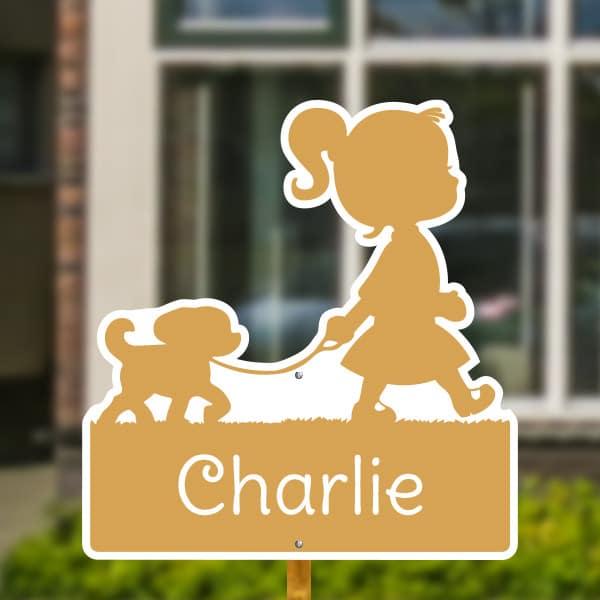 Geboortebord voor in de tuin - Meisje met hondje - Geel